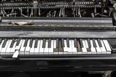 Clavier de piano cassé en gros plan Photographie stock libre de droits