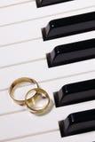 Clavier de piano et anneaux de mariage Images libres de droits
