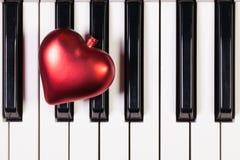 Clavier de piano et coeur rouge Images stock