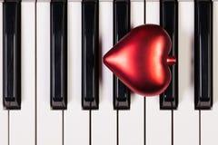 Clavier de piano et coeur rouge Image stock