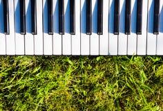 Clavier de piano extérieur Photographie stock