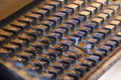 Clavier de presse typographique de cru couvert dans la poussière et la granulation Images libres de droits