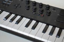 Clavier du Midi de piano ou d'electone, synthétiseur musical électronique Photos stock