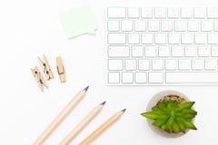 Clavier et crayons sur un fond blanc Type scandinave Photo stock