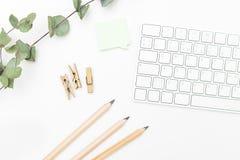 Clavier et fournitures de bureau sur un fond blanc Configuration plate Images stock