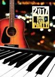 Clavier et guitare de piano électroniques sur le fond de bokeh Image stock
