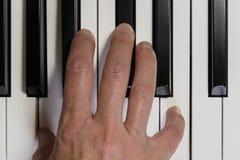 Clavier et main de piano Fermez-vous, vue sup?rieure Jeu du piano, instrument de musique, le?ons de musique, concept image libre de droits