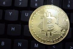 Clavier et plan rapproché de bitcoin de pièce de monnaie Photographie stock