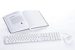 Clavier et souris connectés au l'E-livre Photos stock