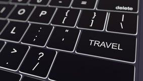Clavier noir d'ordinateur et touche rougeoyante de voyage Rendu 3d conceptuel Photos stock