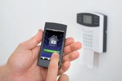 Clavier numérique d'alarme de sécurité avec Person Arming The System Images libres de droits