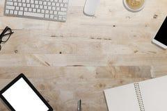 clavier, smartphone, comprimé, carnet sur le bureau en bois - travaillant Images libres de droits