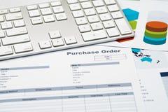 Clavier sur des graphiques, la planification financière et le backgr d'ordre d'achat Images stock