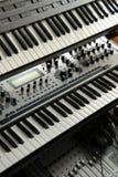 Claviers électroniques sur une armoire Photo stock