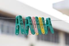 Clavija de ropa colorida en filamento Fotos de archivo libres de regalías
