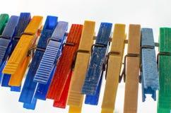 Clavijas coloreadas en un alambre Fotografía de archivo libre de regalías