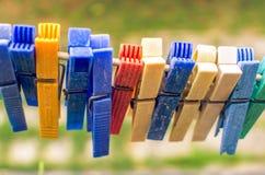 Clavijas coloreadas en un alambre Fotografía de archivo