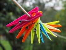 Clavijas de ropa coloreadas Imagen de archivo libre de regalías