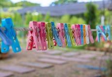 Clavijas de ropa coloridas Foto de archivo