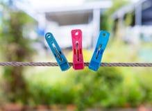 Clavijas de ropa coloridas Fotografía de archivo