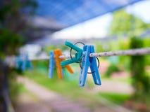 Clavijas de ropa coloridas Imagen de archivo