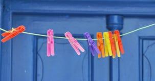 Clavijas de ropa plásticas Fotografía de archivo libre de regalías