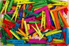 Clavijas de ropa plásticas coloreadas Fotos de archivo libres de regalías