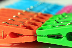 Clavijas de ropa plásticas coloreadas Imagen de archivo libre de regalías