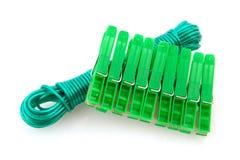 Clavijas de ropa verdes y línea que se lava imágenes de archivo libres de regalías