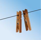 Clavijas del paño con a bajo el cielo Foto de archivo