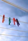 Clavijas en una línea que se lava mojada Foto de archivo libre de regalías