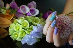 Clavo hermoso Art Manicure con las flores Cuidado del clavo imagen de archivo