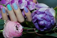 Clavo hermoso Art Manicure con las flores Cuidado del clavo fotografía de archivo