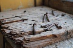 Clavos aherrumbrados en la madera fotos de archivo libres de regalías