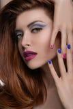 Clavos coloreados multi. Retrato de las mujeres hermosas que le muestran el mul Imágenes de archivo libres de regalías