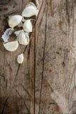 Clavos de ajo en el viejo top de madera del tronco fotografía de archivo libre de regalías