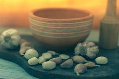 Clavos de ajo en un tablero de madera Foto de archivo libre de regalías