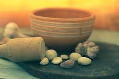 Clavos de ajo en un tablero de madera Imágenes de archivo libres de regalías