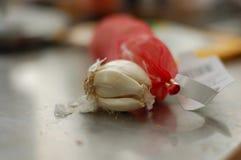 Clavos de ajo orgánicos enteros con el empaquetado rojo imagen de archivo libre de regalías