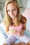 Clavos de la pintura del adolescente en cama Fotos de archivo libres de regalías