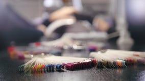 Clavos de pulido - manicura profesional en tienda de belleza almacen de metraje de vídeo