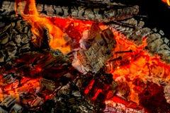 Clavos en las ascuas de las plataformas de madera ardientes Foto de archivo libre de regalías
