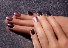 Clavos Manicured con el esmalte de uñas brillante Manicura con nailpolish brillante Manicura del arte de la moda con la laca bril Imágenes de archivo libres de regalías