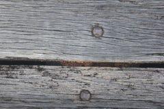2 clavos pegados en el tablero Imagen de archivo