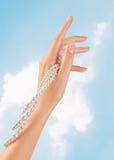 Clavos y dedos hermosos de la mujer Foto de archivo libre de regalías