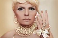 Clavos y maquillaje de la perla Imágenes de archivo libres de regalías