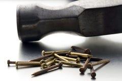 Clavos y martillo Foto de archivo libre de regalías
