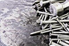 Clavos y martillo en fondo texturizado metal Fotos de archivo