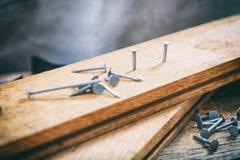 Clavos y tablones de madera Foto de archivo