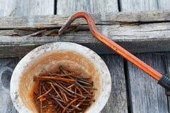 Clavos y tirador de clavo oxidados Foto de archivo libre de regalías